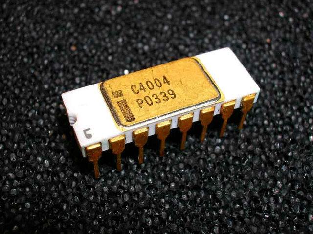 Марциан Хофф разрабатывает первый 4-битный микропроцессор Intel 4004