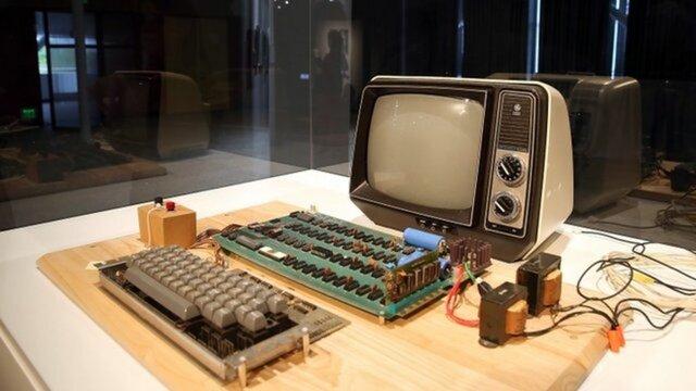 Стив Возняк основали корпорацию Apple и начали выпуск Apple I
