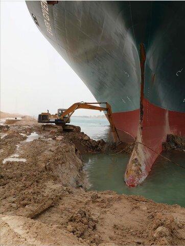 nave nello stretto di Suez