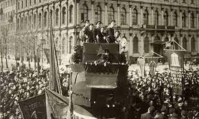 La revolució russa instaura un regim socialista(URSS).