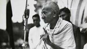 Gandhi organitza la primera campanya de desobediencia civil.
