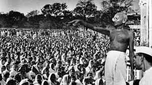 1922 – Gandhi organitza la primera campanya de desobediència civil.