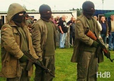 El grup terrorista IRA abandona les armes.