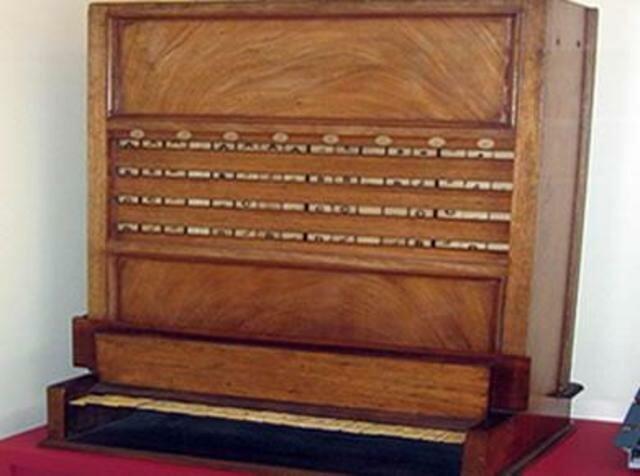 Mahone inventa la primera máquina lógica, el demostrador lógico.