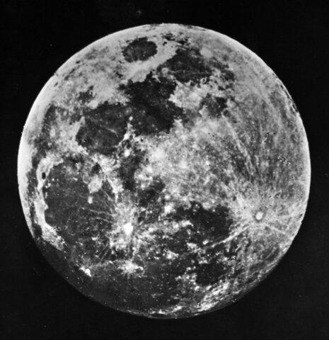 La primera fotografía de la luna llena