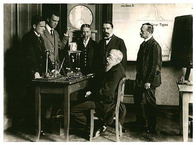 Wilhelm Wundt fundó el primer laboratorio formal de Psicología en la Universidad de Leipzig, marcando el comienzo formal del estudio de las emociones, comportamientos y cogniciones humanas.