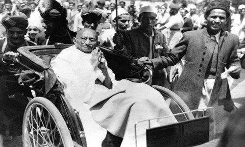 Gandhi organitza la primera campanya de desobediència