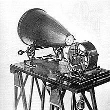 Thomas Edison inventa el fonógrafo