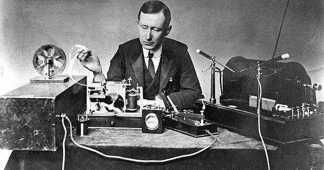 Marconi consigue transmitir señal de radio