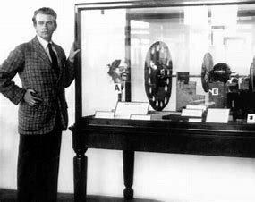 Se transmite la primera señal de televisión.