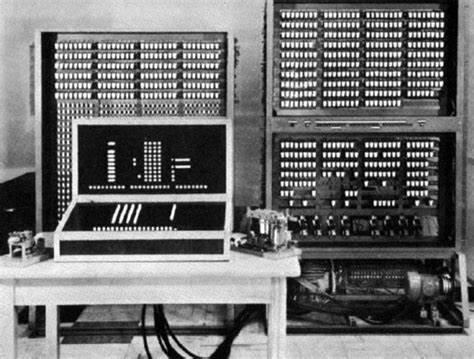 La primera computadora electromagnética programable con una cinta perforada.
