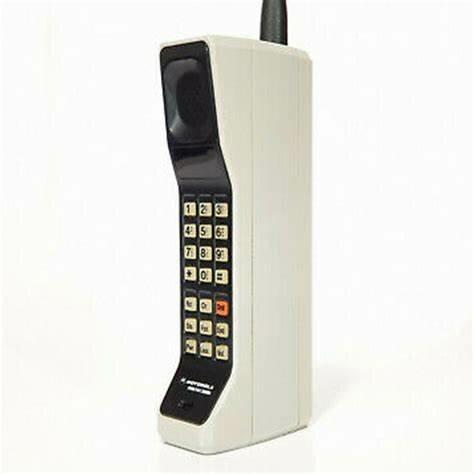 Se crea el 1er servidor de nombres de sitios. Motorola presenta el primer teléfono móvil. El DynaTAC 8000X.