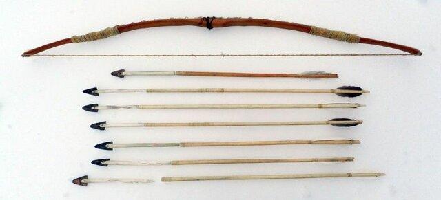 Lanzas, arcos y flechas.