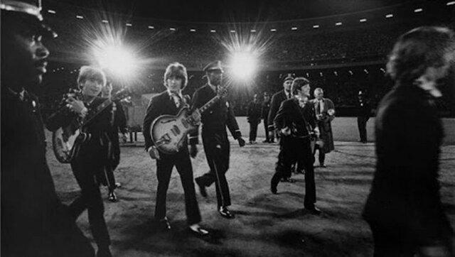 The Beatles dejaron de tocar en vivo por la falta de tecnología ya que  los los gritos de las personas eran mas fuertes que sus voces