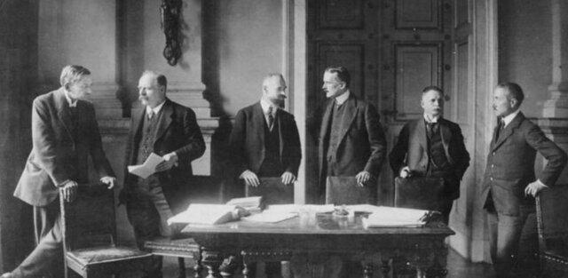 El Tratado de Versalles establece la Sociedad de Naciones.