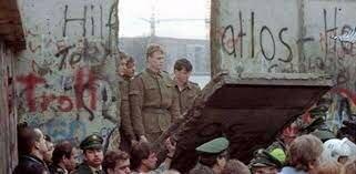 Retira soviética de Afganistán. Caída del muro de Berlín.
