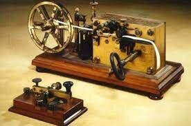 Samuel Morse crea el telégrafo.