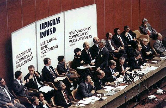 Ronda VIII Uruguay: Incluye por primera vez servicios y agricultura en las negociaciones comerciales. Planeada para concluir en diciembre de 1990, se retrasa el acuerdo por tres años, debido al tema de subsidios,