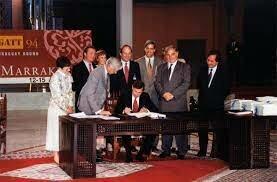 Se firma el acta final de la Ronda Uruguay en Marruecos y remplazan al GATT con una autoridad comercial permanente, la Organización Mundial de Comercio (OMC).