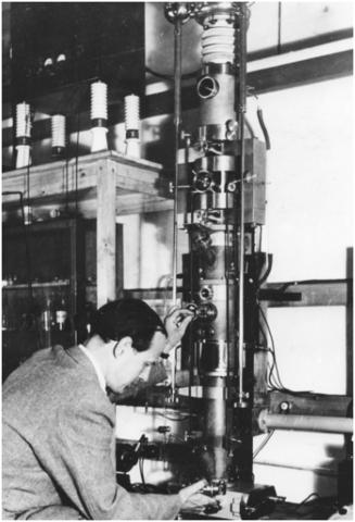 Р. Руденберг получил патент на просвечивающий электронный микроскоп