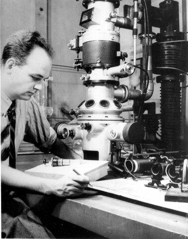 М. Кнолль и Э. Руска построили первый прототип современного прибора