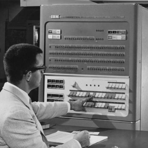 Los datos se introducen en el ordenador utilizando tarjetas perforadas