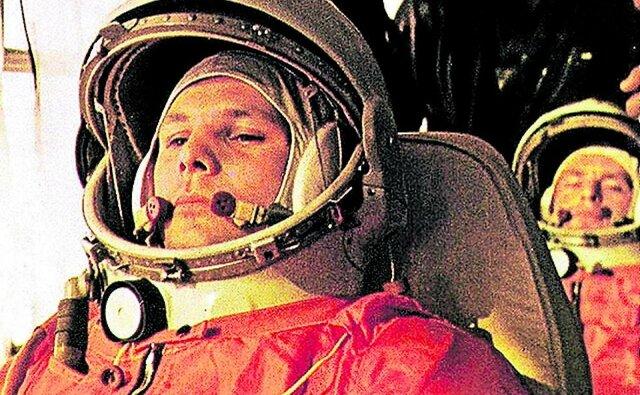 El primer hombre en el espacio es Yuri Gagarin, de la Unión Soviética.