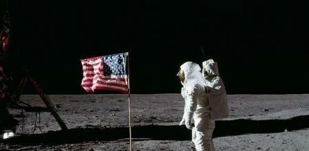 Neil Armstrong y Edwin Aldrin realizan el primer aterrizaje tripulado sobre la Luna (Apollo 11).