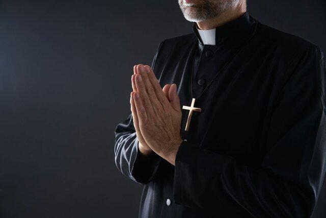 Se convierte en Sacerdote