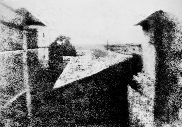 Жозеф Нисефор Ньепс получил с помощью камеры-обскуры изображение своего двора на бумаге, пропитанной хлористым серебром. Изображение было негативным, а Ньепс так и не нашёл способа его обращения в позитив.