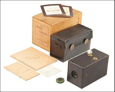 Начало выпуска бокс-камеры Kodak № 1 для рулонной фотоплёнки и первого централизованного сервиса проявки и печати.