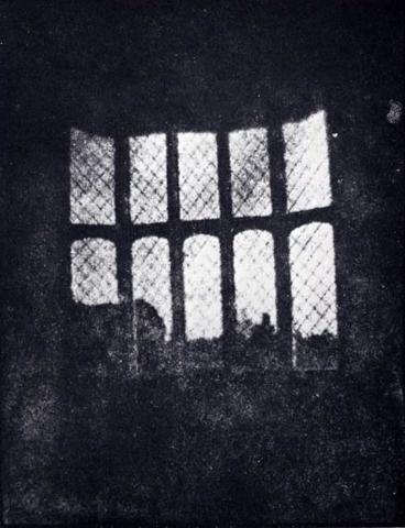 Фокс Тальбот создал первый бумажный негатив снимка «Окно аббатства Лекок» с помощью миниатюрной камеры-обскуры