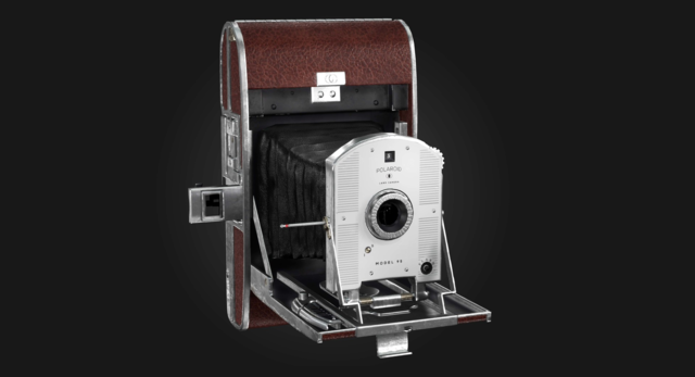 Polaroid выпустил первый в мире фотоаппарат для моментальной фотографии «Polaroid Land-95»