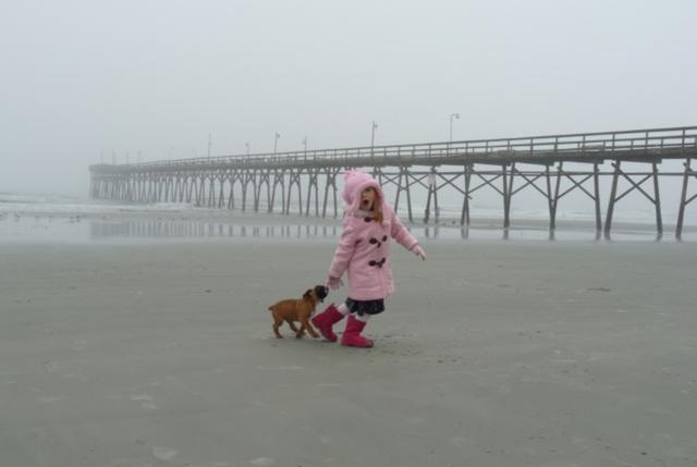 Recibí mi perro y fueron al playa. Era invierno y hacía muy de frío.el cantante de moda era Lady Gaga