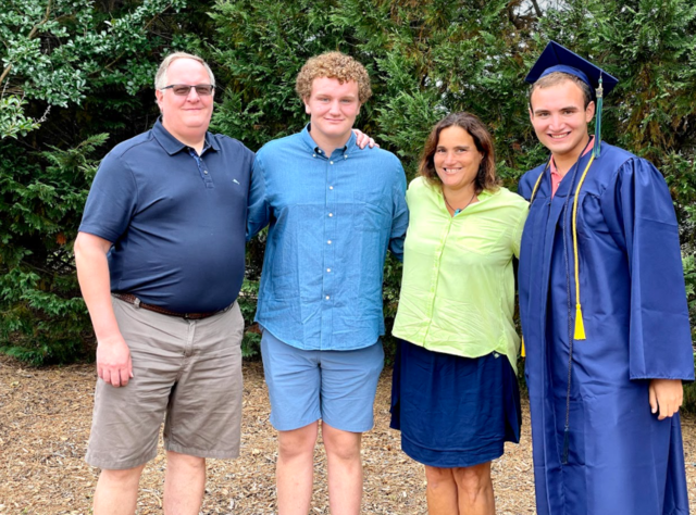 mi hermano se graduó secondaria.