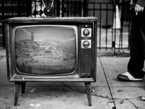 Televisor electrónico blanco y negro