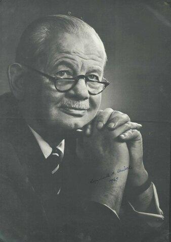 """Se pública """"Los elementos de la administración del negocio"""" (Lyndall F. Urwick)."""
