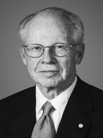 E. Wiliamson es considerado como el principal representante del enfoque de rasgos y factores donde el individuo juega un papel predominante