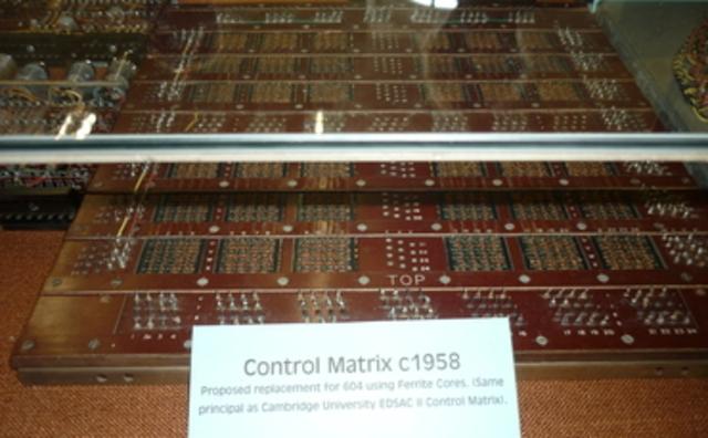 Jay Forrester presenta una patente para la memoria de núcleo matriz.