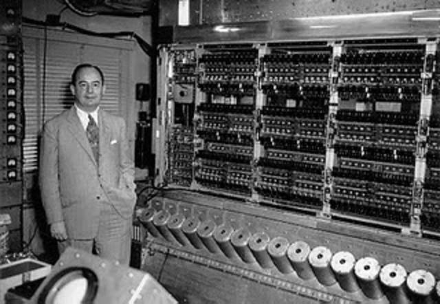 Un módulo de memoria de base se añade a la ENIAC ordenador.