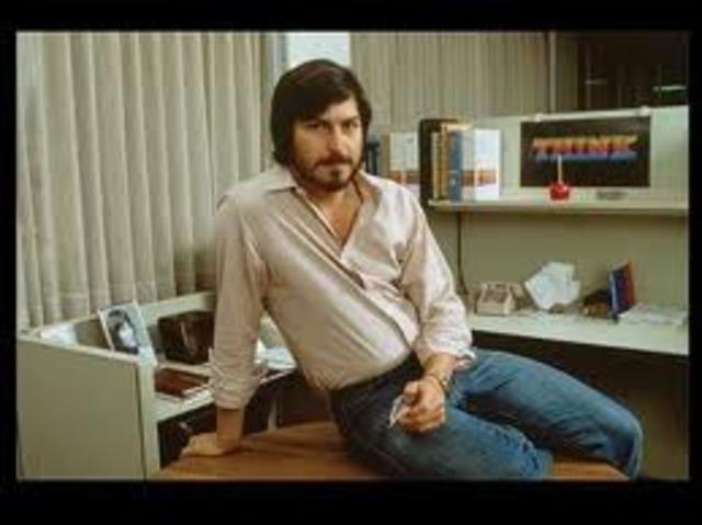 Se convierte en interino de Apple Computer.