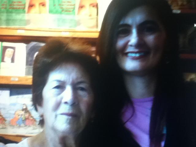 Gaby, mãe e avó visitam Igreja de Notre Dame