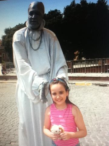 Gaby conversa com estatua viva