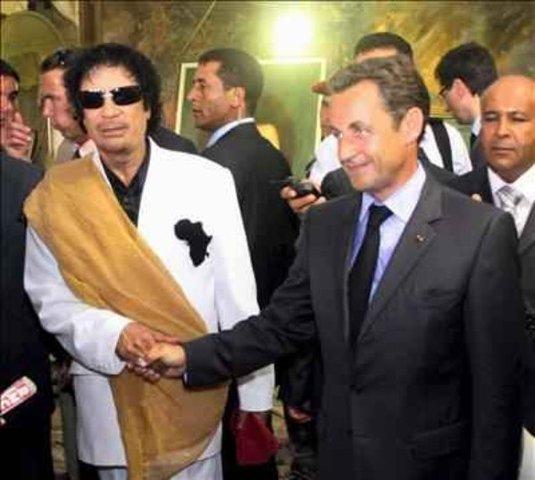 Sarkozy vista a Gaddafi