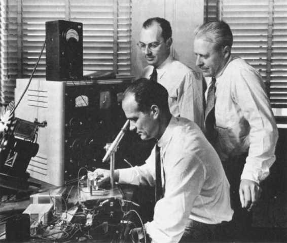 JohnBardeen, Walter H. Brattain, y William Shockley