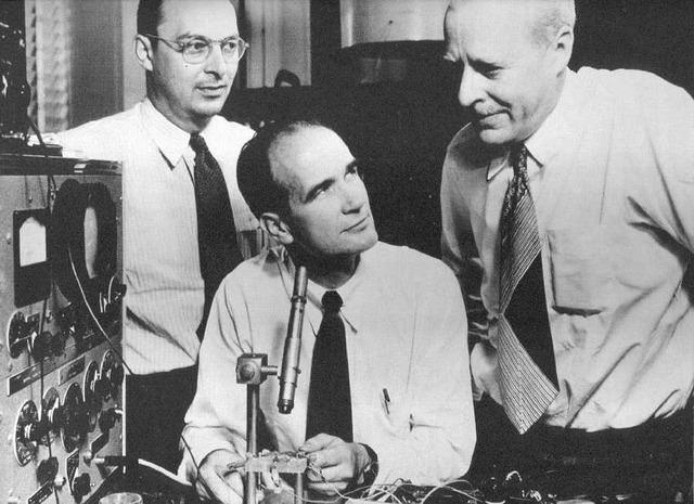 John Bardeen, Walter H. Brattain, y William Shockley.