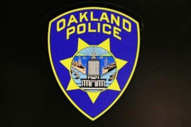 John Bonham y el entorno de Led Zeppelin, implicados en una pelea en el Oakland Coliseum y detenidos por la policía.