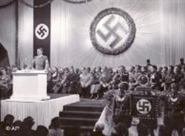 Hitler gest emergency powers