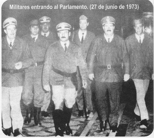 Militares entrando al Parlamento
