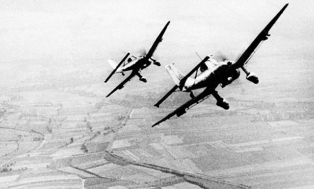 The Luftwaffe Bombs London